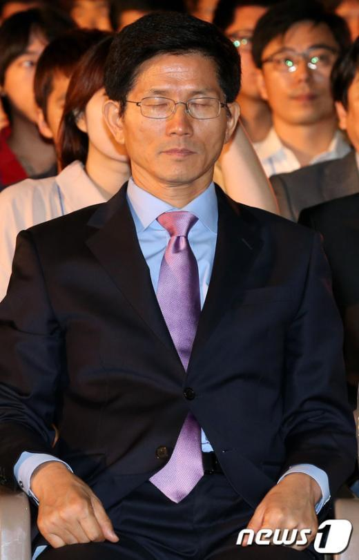 [사진]생각에 잠긴 김문수 후보