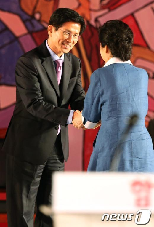 [사진]김문수와 악수하는 박근혜