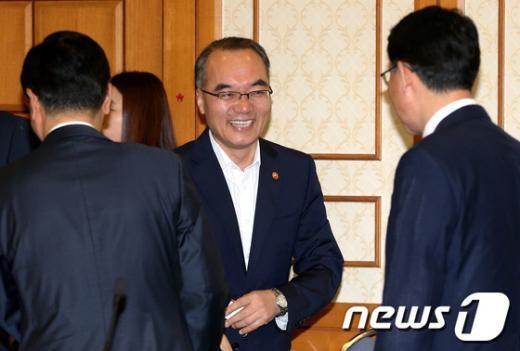 [사진]참석 의원들과 인사 나누는 박재완 장관