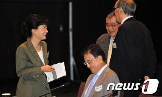 [사진]내빈들과 대화 나누는 박근혜 후보