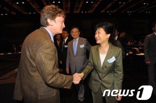 새누리당 박근혜 대선후보가 10일 오전 서울 장충동 신라호텔에서 열린 J-글로벌 포럼 2012에 참석해 내빈들과 인사를 나누고 있다, 2012.9.10/뉴스1  News1 이명근 기자
