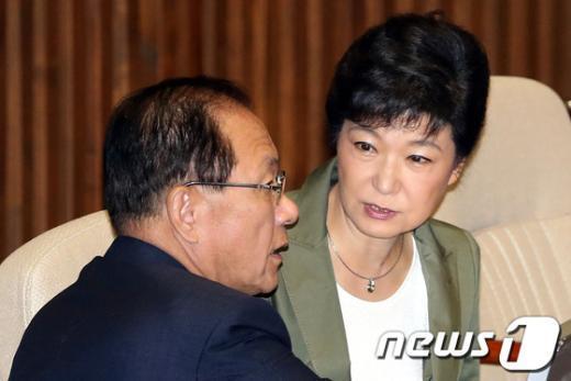 [사진]박근혜-황우여, 본회의장 대화