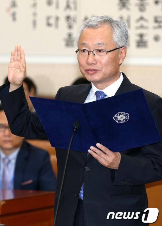 [사진]선서하는 김창종 후보자