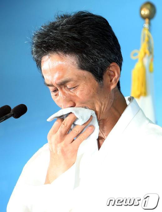 [사진]눈물 흘리는 강기갑 대표