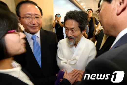 [사진]인사 나누는 강기갑 대표