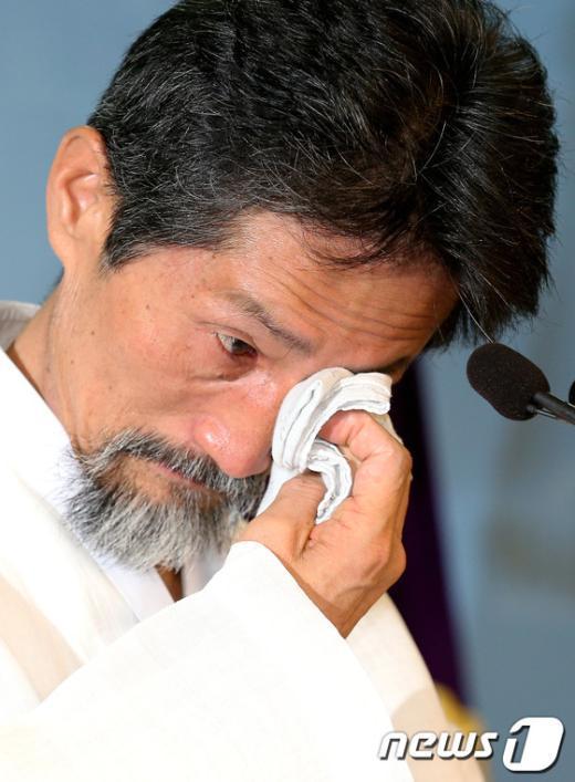 [사진]눈물 닦아내는 강기갑 대표