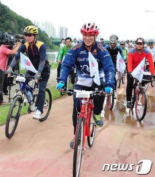 [사진]자전거 타는 최광식 장관