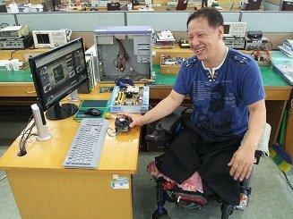제29회 전국장애인기능경기대회 컴퓨터수리 직종에 참가하는 이진규 씨(46) News1
