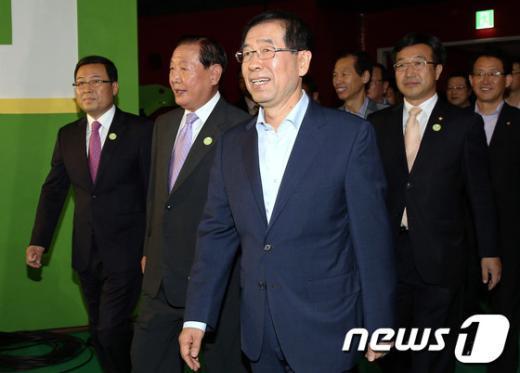 [사진]민주통합당 서울 경선장 찾은 박원순 서울시장
