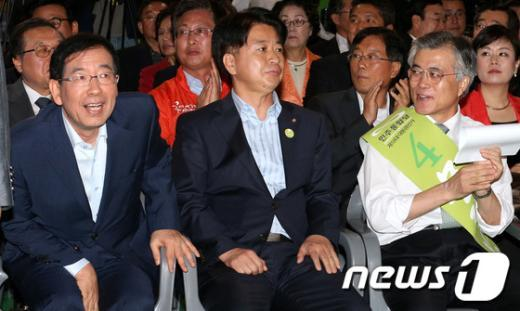[사진]박원순 시장 바라보는 문재인 '안철수를 만났다지'