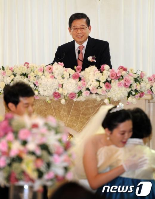 [사진]신혼부부 주례보며 흐뭇한 김황식 총리