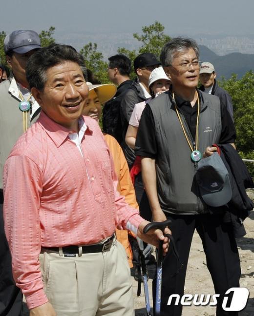[사진]노무현 전 대통령과 등산하는 문재인