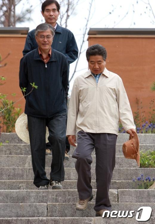 [사진]故노무현 전 대통령 보좌하는 문재인 후보