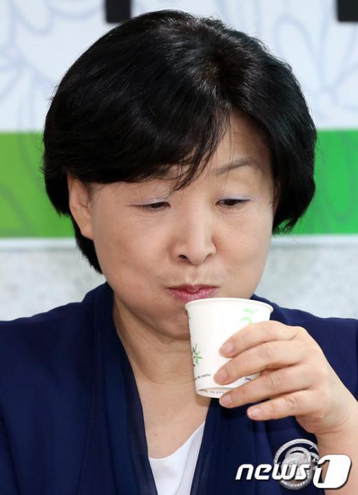 [사진]물 마시는 심상정 의원