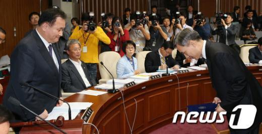 [사진]선서문 전달하는 강일원 후보자
