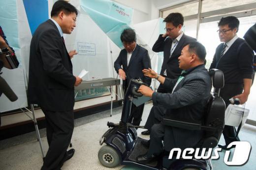 [사진]'장애인 기표소 높이, 폭 더 키워야'