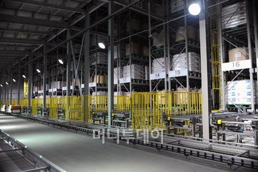 ↑18일 준공한 한화케미칼의 울산 EVA(에틸렌 비닐아세테이트) 공장 자동화창고 모습.