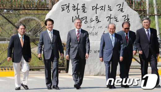 [사진]故 노 전 대통령 친필효석 방문한 문재인 후보