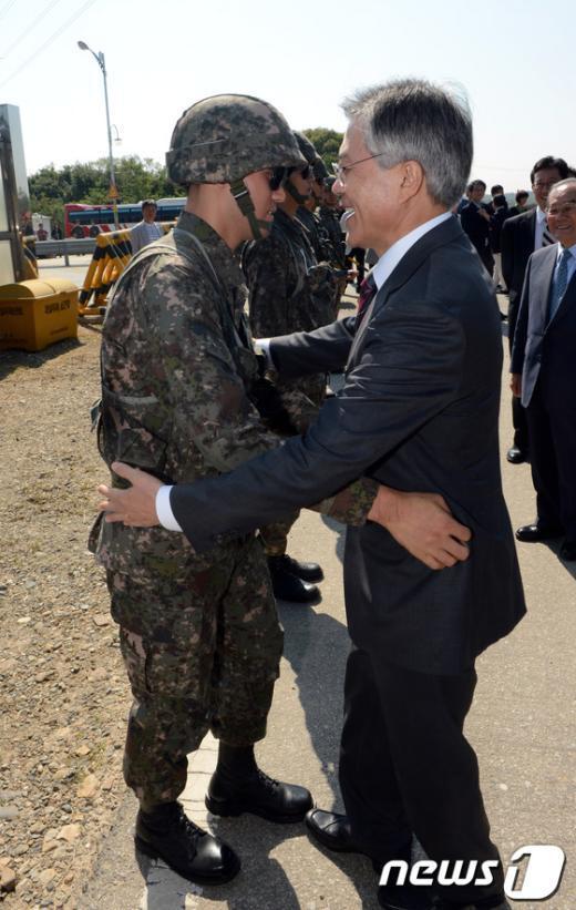 [사진]'군 장병과의 포옹'