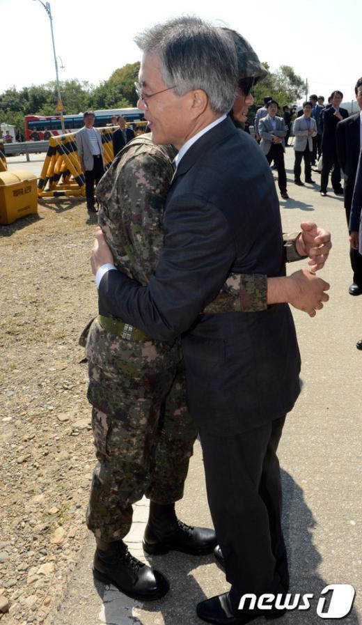 [사진]군 장병과 포옹하는 문재인