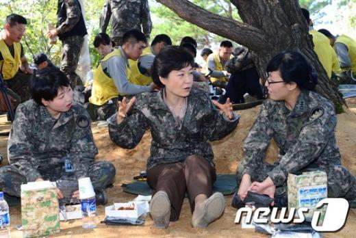 [사진]여군들 만난 박근혜 후보