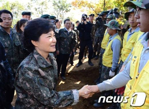 [사진]유해발굴단원과 악수하는 박근혜