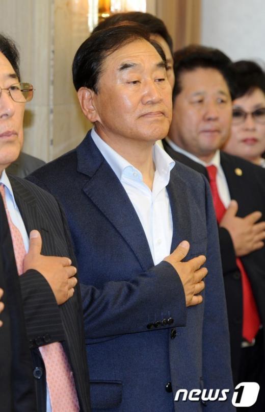 [사진]국민의례하는 이재오 의원