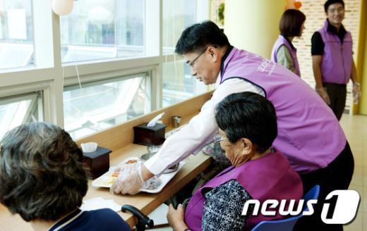 [사진]배식 봉사활동하는 김화동 상임위원