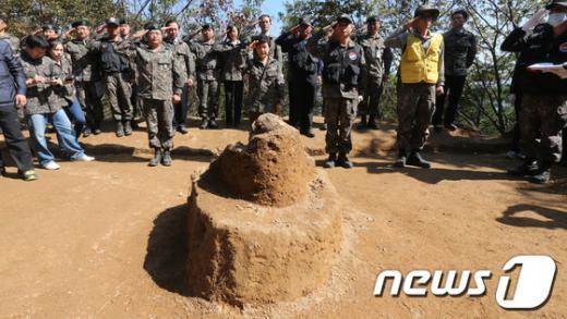 [사진]유해발굴 현장 찾은 박근혜 후보