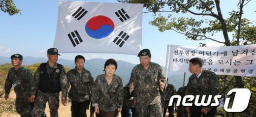 [사진]유해발굴 현장 방문한 박근혜 후보