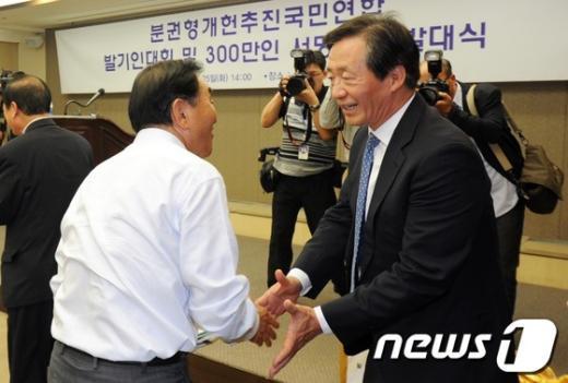 [사진]이재오 의원과 악수는 정몽준 의원