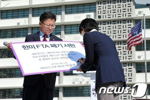 [사진]'한미FTA 폐기서한' 사인하는 이정희