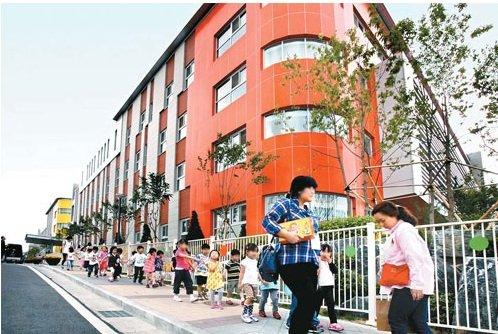 ↑지난 6월 개원한 삼성전자 어린이집을 따라 어린이들이 줄을 맞춰 걷고 있다. 삼성전자 수원사업장 안에 마련된 이곳은 최대 600명 원생이 교육 받을 수 있는 전국 최대 규모 어린이집이다.ⓒ삼성전자