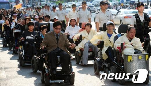 [사진]거리행진하는 장애인들