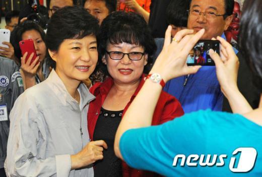 [사진]상인들과 사진 찍는 박근혜 후보