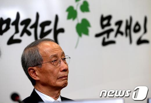 [사진]담쟁이 캠프 1차 회의 참석한 윤여준 전 장관