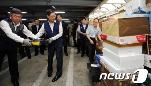 [사진]추석 선물 나르는 김황식 총리