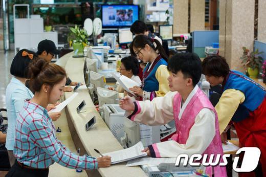 [사진]강동구, '한가위 맞아 직원들 한복차림'