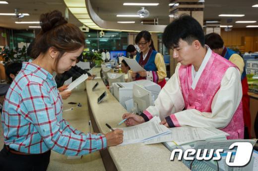 [사진]한복입고 업무보는 강동구청 직원들