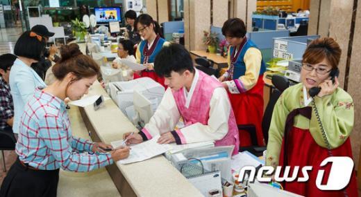 [사진]강동구, '한가위 맞아 한복입고 민원인 맞이'