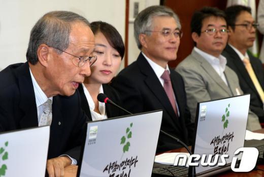 [사진]인사말하는 윤여준 전 장관