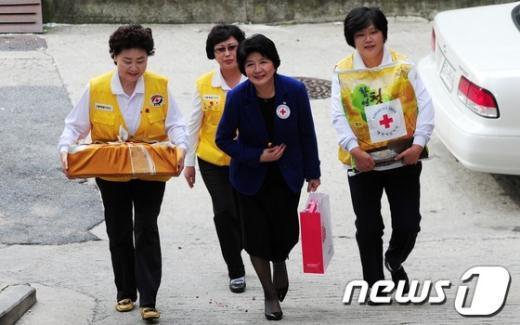 [사진]이산가족에게 사랑의 선물 전하는 대한적십자사