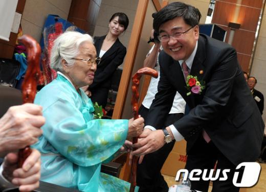[사진]'청려장 짚고 오래오래 사세요'