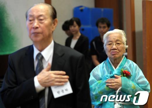 [사진]100세 어르신의 국민의례