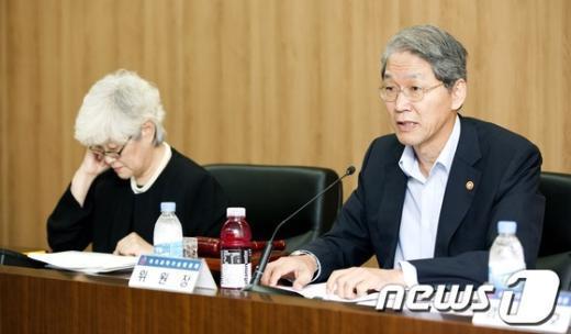 [사진]회의 주재하는 김도연 국과위 위원장