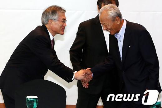 [사진]악수하는 문재인 후보와 박승 전 한은 총재