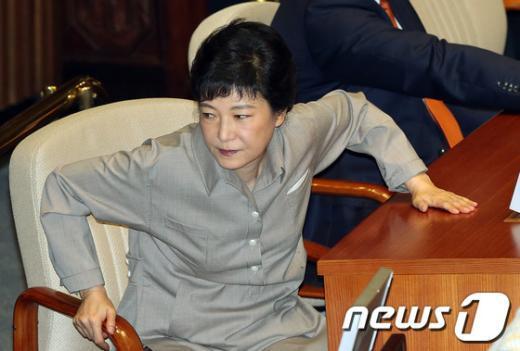 [사진]박근혜, 심각한 표정