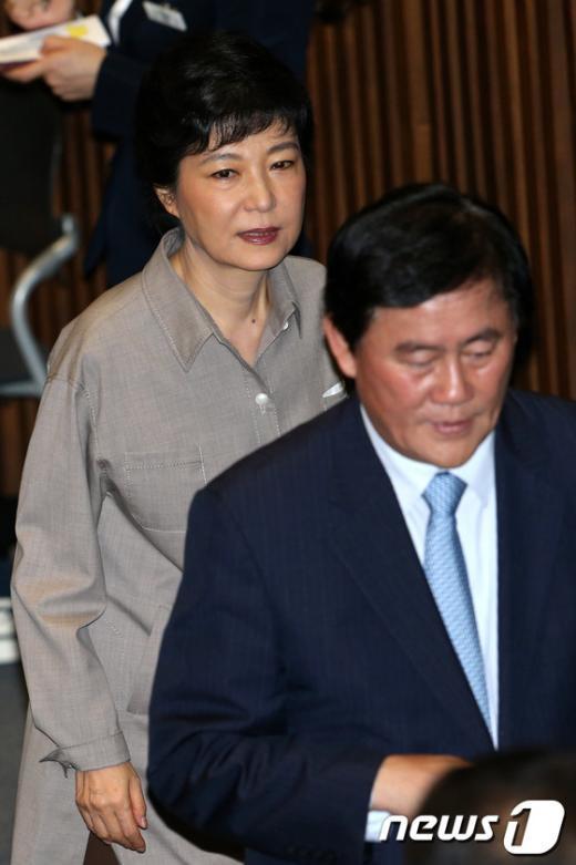 [사진]회의장 나서는 박근혜 후보와 최경환 비서실장