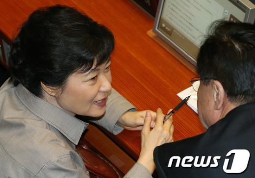 [사진]밀담 나누는 박근혜