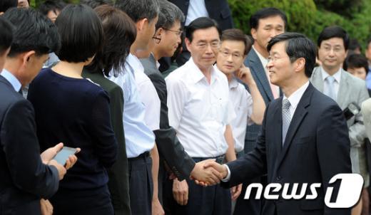 [사진]직원들과 마지막인사 나누는 곽노현
